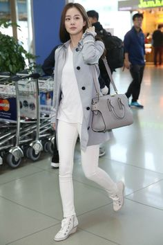 Kim Tae-hee's neat and sophisticated airport style in Burberry @ HanCinema :: The Korean Movie and Drama Database Korean Street Fashion, Korea Fashion, Pop Fashion, Asian Fashion, Girl Fashion, Fashion Trends, Airport Fashion, Fashion Inspiration, Autumn Fashion