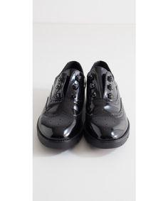 Scarpe stile inglese con pietre realizzate in Eco pelle lucida e tessuto traforato. Disponibile su https://www.melissaagnoletti.it/abbigliamento-donna/scarpe/scarpe-maschili-stile-inglese-con-pietre-mimi-mua.html