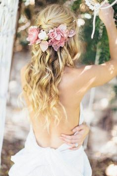 Wedding Hair Down Soft wavy long hair with fresh floral garland - Looking for the perfect 'do for your Big Day? Check out these 18 elegant examples of super relaxed and oh-so-romantic summer wedding hairstyles! Summer Wedding Hairstyles, Wedding Hairstyles Half Up Half Down, Bride Hairstyles, Down Hairstyles, Half Updo, Beach Hairstyles, Bohemian Hairstyles, Hairstyle Wedding, Romantic Hairstyles