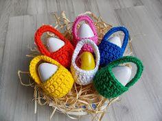 Olá! Hoje trago mais uma dica legal e fácil de fazer para você customizar com crochê as tradicionais casquinhas de Páscoa! Você v... Easter Crochet Patterns, Crochet Bunny Pattern, Love Crochet, Crochet Crafts, Crochet Projects, Knit Crochet, Loom Knitting, Knitting Patterns, Holiday Crochet