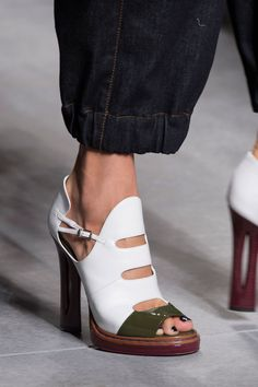 Fendi at Milan Fashion Week Spring at Milan Spring 2016 Shoes Heels Heeled shoes have been a challenge for people women. However, the sales were not always simply for women. Hot Shoes, Crazy Shoes, Me Too Shoes, Shoes Heels, Funky Shoes, Fendi, Pretty Shoes, Beautiful Shoes, Zapatillas Casual