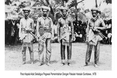 para kepala adat sekaligus pegawai pemerintahan dengan pakaian haraian sumbawa, NTB..