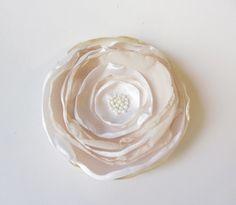 Satin-Organza-Blüte beige-weiß von soschoen auf DaWanda.com