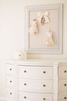 Learn how to select furniture paint that won't chip and offers a flawless finish. This is the best paint for furniture whether you're painting wood or veneer! A beginner's guide to paint furniture without effort for a professional finish. Furniture Ads, Paint Furniture, Rustic Furniture, Furniture Makeover, Bedroom Furniture, Kitchen Furniture, Modern Furniture, Furniture Refinishing, Outdoor Furniture