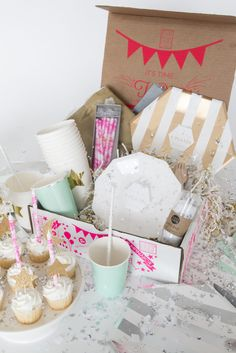 Party in the Box: Knowing what it is, how to do it and creative ideas to inspire Party In A Box, Party Kit, Party Shop, Instagram Feed Layout, Surprise Box, Birthday Box, Confetti Balloons, Favorite Candy, Flyer