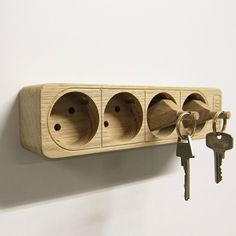 Boris Stecker ist eine wirklich außergewöhnliche Idee für ein Schlüsselbrett. Die aus Eichenholz gefräste Mehrfachsteckdose bietet Platz für vier Stecker, die ebenfalls aus Eichenholz gefertigt und...