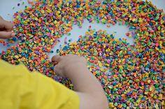 Haferflocken färben und damit spielen Kleinwirdgross.wordpress.com - Ein Blog für die Familie, mit Themen von Spieletipps, Bastelideen und Rezepten, über Kindererziehung, bis hin zu mehr Gelassenheit für Eltern