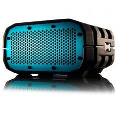 El BRAVEN BRV-1 es un altavoz Bluetooth diseñado para uso exterior. Resistente a salpicaduras de agua y con una carcasa reforzada que le permiten un uso outdoor sin renunciar a una gran calidad de sonido. Bateria con una duracion de 12 horas. Controles de volumen y pista en la carcasa.