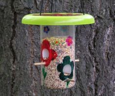 vogelfutterhaus selber bauen Plastikbehälter mit Blumen