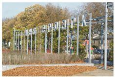 Onverlichte doosletters op een speciale constructie gemonteerd Railroad Tracks, Wind Turbine, Train Tracks