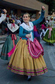 fallera valenciana siglo XVIII Indumentaria Dos Aguas Ethnic Dress, Historical Costume, Traditional, Disney Princess, Womens Fashion, Aragon, Outfits, Color, Regional