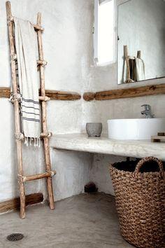Adopter la fouta en décoration, tout simplement en serviette de bain dans la salle de bain au style wabi sabi // Hôtel San Giorgio Mikonos Bad Inspiration, Bathroom Inspiration, Bathroom Ideas, Bathroom Ladder, Interior Inspiration, Travel Inspiration, Design Hotel, House Design, Salon Design