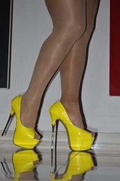 The pleasure of high Heels: Yellow pumps and shiny pantyhose Sexy Legs And Heels, Hot High Heels, Platform High Heels, Lady Stockings, Stockings Heels, Yellow Pumps, High Top Boots, Quoi Porter, Pantyhose Heels