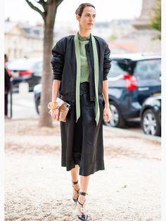Französische Models wie Aymeline Valade setzen auf wunderbare Details und kombinieren hochwertige Materialien miteinander: Seide und Leder? Kein Problem! Dazu ein Kummerbund? Unbedingt!Mehr Streetstyles der Models hier