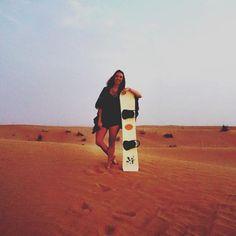 Saia da Rotina! Fefê Rosada do Blog Up na Vidinha fazendo sandboard no deserto de Dubai.