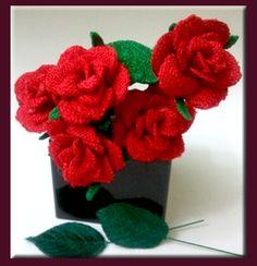 Rosas pitimini bordadas artesanales.