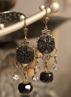 Repurposed Black Mourning Button Earrings  von TheGildedGypsies