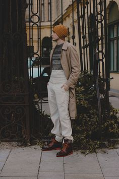 this outfit features brown leather boots, a vintage burberry trenchcoat and white pants, that perfectly fit the sweater. German Fashion, European Fashion, European Style, White Pants Men, Burberry Trenchcoat, Great Mens Fashion, Brown Leather Boots, Slow Fashion, Instagram Fashion
