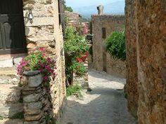 Castelnou l'un des plus beaux villages de France guide du tourisme des Pyrénées-Orientales Languedoc-Roussillon