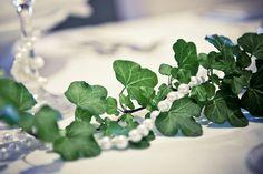 Dukning murgröna och pärlor - BröllopsGuiden
