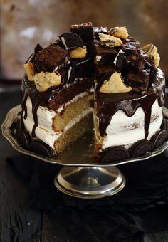 מתכון מפורט לעוגת שכבות מטורפת המורכבת משלוש שכבות שונות, קרם עשיר, ציפוי שוקולד נוטף לכל כיוון וטופינג של בראוניז, אוראו ועוגיות שוקולד צ'יפס.