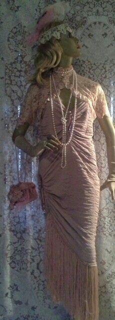 Vestido em malha com detalhes em bordado em paêtes com barra de franjas feitas á mão,  bolero em renda,  luvas curtas em renda ( igual ao bolero), colares de pérolas salmon, tiara em renda bordada com paêtes e plumas,  bolsa de crochê