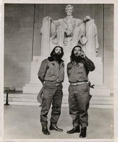 Osvaldo Salas - Comandante Camilo Cienfuegos y el capitán Rafael Ochoa en el Lincoln Memorial, Washington, DC, 1959. [***]