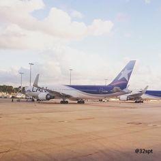 @boeing 767-300 (CC-CML) da @latamairlines 🔴🔵 #boeing #latam #latamgram #travel #miami #florida #usa #viagem #ferias #tbt #partiu #Instalike #instagood #tagsforlikes #followme #av1ati0n #megaplane #megashot #instaaviation #flight #flightcrew  #instapilot #instapic #photogram #love #instaplanelovers #photography #traveler #instagramaviation #fly