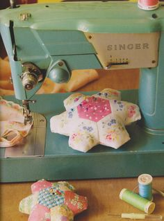 hexagons pin cushion, i have the perfect hexies for this! yay me! This would be great with an elastic strap to place on your hand. Fabric Crafts, Sewing Crafts, Sewing Projects, English Paper Piecing, Patch Aplique, Vintage Sewing Machines, Hexagon Quilt, Needle Book, Sewing Accessories