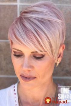 As for short haircuts for older women, there is a great tip. lighter hair colors, especially with bright highlights, make them look better. Hair Color For Women, Short Hair Cuts For Women, Short Hairstyles For Women, Hipster Hairstyles, Pixie Hairstyles, Pixie Haircuts, Natural Hairstyles, Braided Hairstyles, Visage Plus Mince