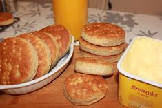 Polarbrød er et brød som er blitt mer og mer populært, og barna her i hus er veldig glad i dette brødet så det lønner seg å lage det selv. Synes forøvrig disse er mye bedre ennde man kjøper o… Baking Breads, Hamburger, Pancakes, Food And Drink, Cheese, Breakfast, Bread Recipes, Morning Coffee, Crepes