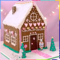 This decoration is on another level! Credit: Stephânia This decoration is on another level! Easy Gingerbread House, Graham Cracker Gingerbread House, Gingerbread House Template, Gingerbread House Designs, Gingerbread Decorations, Gingerbread Cake, Gingerbread House Decorating Ideas, Christmas Baking, Christmas Cookies