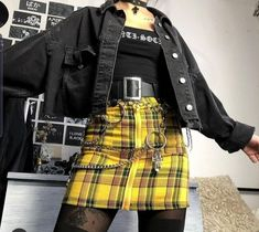 Grunge fashion is the clothing, accessories and hairstyles of the grunge music genre and subculture which emerged in Seattle, and had reached wide popularity by the early Grunge Outfits, Edgy Outfits, Retro Outfits, Girl Outfits, Alternative Outfits, Alternative Mode, Alternative Fashion, Mode Grunge, Grunge Style