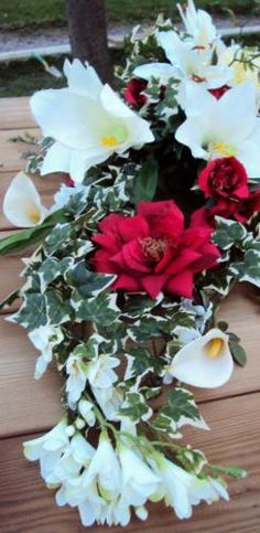 Composition florale roses lys fleurs artificielles sur ventouse voiture mariage
