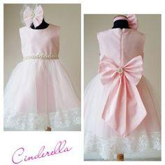 """Cinderella ve Saç Aksesuarı  Kızınızın Haute Couture gardrobunun """"Cinderella'sı"""" olacak bir elbise..  Tamamen Petti Berry tasarımı ve dikimi..Tasarımı ile tek.. A kalite tafta, tül,swarovski taşlar,inciler ve fransız danteli kullanılmıştır. %100 pamuk astarlıdır. Özel tasarım saç bandı, elbisemizle birlikte size teslim edilecektir. Sırtında bulunan şahane fiyonk çengelli iğnelidir, istediginiz zaman çıkabilmektedir. Geniş kalıptır, kumaş itibari ile esnemez.6 yaş 7 yaş için de uygundur."""