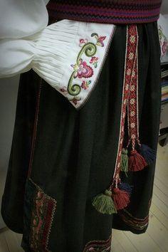 Beltestakk _STAKKESTOVA Folk Fashion, Ethnic Fashion, Folk Costume, Costumes, Going Out Of Business, Cross Stitch Embroidery, Norway, Folk Style, Folk Clothing