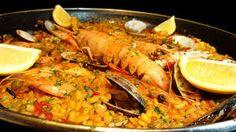La foto della Paella mi ricorda il viaggio a Barcellona di pochi mesi fa. Buonissima, mediterranea e completa. Amo mangiare i cibi di tutto il mondo e per ora la Spagna è quella che si avvicina al cibo migliore: quello italiano