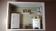 Quadro de cozinha, tipo nicho, feito com madeira MDF, pintado com tinta PVA,miniaturas em madeira MDF pintadas e envernizadas, biscuit,papéis diversos,miniaturas de resina,etc.Produto envernizado e com vidros de proteção.
