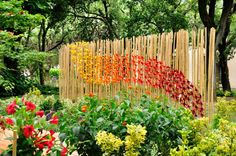 Uno sciame di farfalle multicolore in tempura di origami impreziosisce il giardino, opera dell'artista senese @andreagiannozzi Festivals 2015, Origami, Outdoor Structures, Tempura, Fences, Gates, Opera, Flowers, Plants