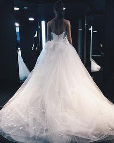 В Вера Вонг шла за определенной моделью, но к сожалению, а может быть и к счастью, её не оказалась😊. На заказ нужно было ждать пол года с Нью Йорка🙈 #weddingdress#wedding#weddingstyle#verawang#verawangbridal#photooftheday#omsr#inspo#instamood#instagood#instagramrussia#vscocam#vscorussia#vsco#myworld#beautiful#dress#bride#amazing#happiness