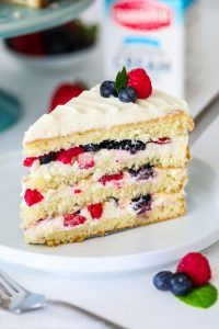 This chantilly berry cake recipe loaded with 4 different berries sweet mascarpone cream cheese frosting and 4 fluffy vanilla cake layers berrycake chantillycake whitecake chantilly frosting mixedberrycake schoko espresso torte Chantilly Cake Recipe, Berry Chantilly Cake, Chantilly Cream, Easy Cheesecake Recipes, Best Cake Recipes, Cookie Recipes, Summer Cake Recipes, Dessert Recipes, Strawberry Frosting Recipes