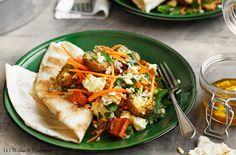 Backrohr auf 200 ºC (Umluft) vorheizen. Reis nach Packungsanleitung kochen. Abseihen, ausdampfen lassen und in eine Schüssel geben. Die Hälfte der Karotten schälen und in ca. 2 cm große Stücke schneiden. Karottenstücke in einem Topf mit kochendem Wasser...