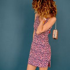 Un patron robe femme facile et rapide à coudre, tuto à imprimer. Une robe courte parfaite pour l'été, noeud dans le dos, découpes sur le côté