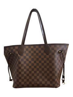 Es handelt sich um die Louis Vuitton Neverfull MM mit Beschlägen aus edlem goldfarbenem Messing. Die Farbe der Tasche ist Damier Ebene Canvas. Es ist eine sehr dankbare Farbe und die Träger sind dunkelbraun, sodass sie auch nicht die typischen LV Verfärbungen bekommen.  Diese Tasche wurde wirklich kaum (vl 3-5 mal) getragen und wurde im Herbst geschenkt. Dh. sie ist so gut wie neu.  Die Maße 32 L  x 17 B  x 29 H cm - gesehen bei GLAMLOOP.com
