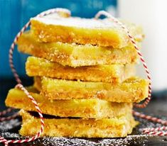 Sitruunaruudut maistuvat entistä paremmilta vietettyään yön jääkaapissa. Viileässä ne säilyvät viikon.