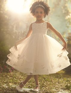 Hopefully by the time I'm getting married, my sister will have a beautiful little girl like this, to be my flower girl...