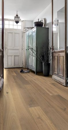 Quick-Step Hardwood flooring - Compact. 'Nutmeg oak oiled' (COM3898) in a country hallway. Click here to discover your favorite hallway floor. #flooring #interiordesign #hardwood
