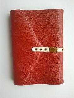 Caderno de courino vermelho de folhas recicladas com 250 folhas.