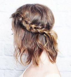 Idée coiffure de mariage : une tresse sur cheveux courts