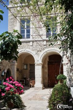 « Le Posterlon » is an old, towering abode of the XVIIth century, overlooking the Alpilles, Luberon, Ventoux and the Dentelles of Montmirail, and her hosts receive guests for peaceful stays.